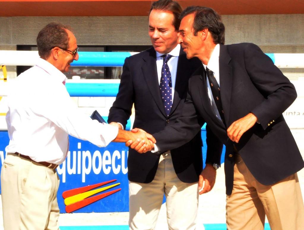Vicente Verdejo da la mano a Vicente Garrido en presencia de Javier Revuelta
