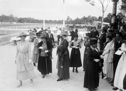 La Reina Victoria Eugenia en la inauguración del hipódromo de Aranjuez