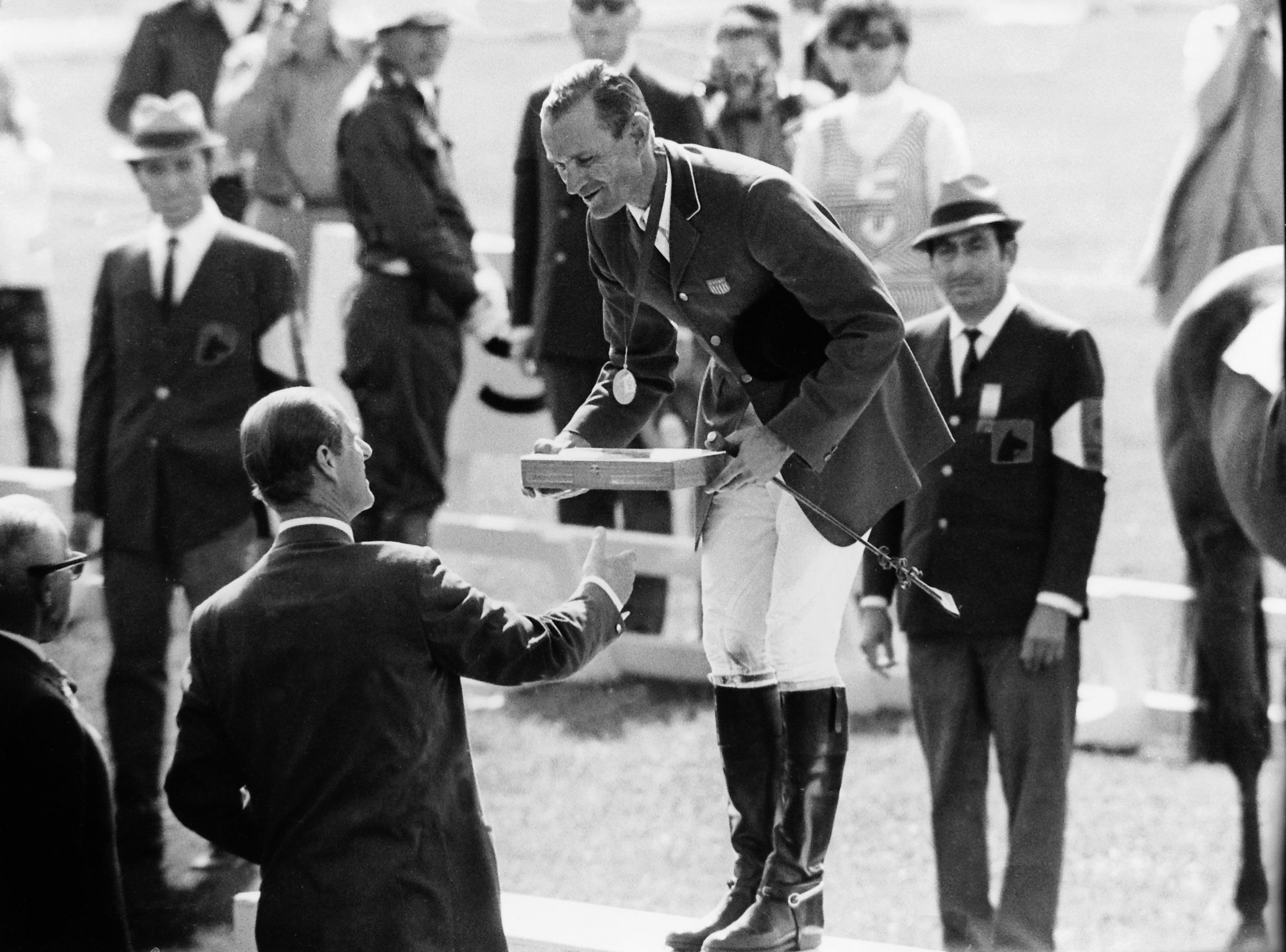 William Steinkraus recibiendo la medalla de oro individual de salto en los J.OO de Méjico de manos del Príncipe Felipe de Edimburgo. Foto de la FEI