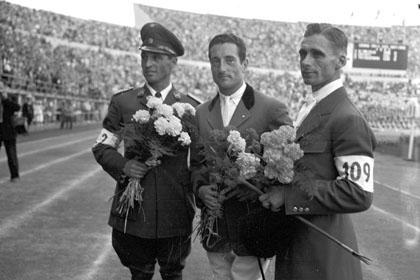El chileno Oscar Cristi, el frances Pierre J. Dóriola y el alemán Fritz Tiedemann en el podium de los JJ.OO de Helsiki 1952. Foto de suomenurhurhailumuseo