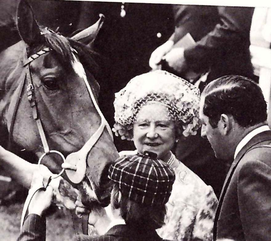 La Reina Madre de Inglaterra con su potra DUNFERMLINE, ganadroa del Oaks de Epsom 1977