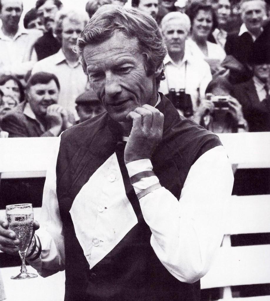 Lester Piggott celebrando sus 4.000 victorias