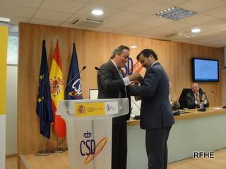 Santiago Varela recibe la Medalla de Oro del presidente de la RFHE Javier Revuelta