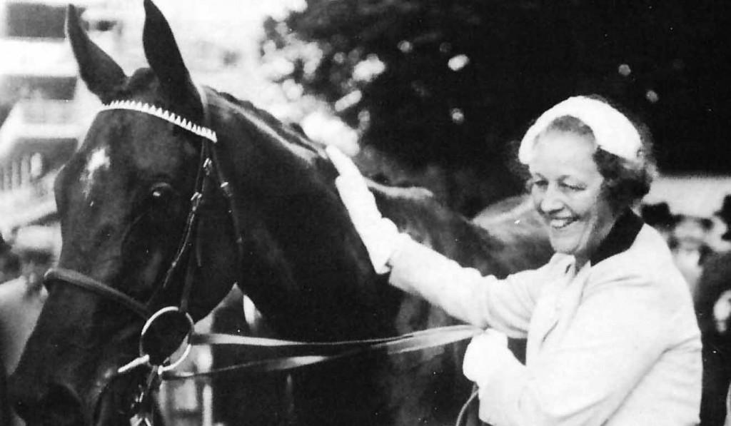 TAHITI con su propietaria Mdme. J. Couturié tras ganarel Diana 1954