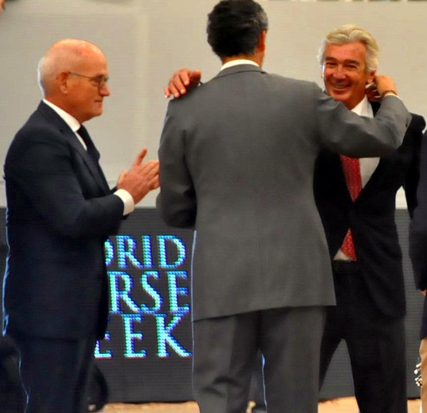 Daniel Entrecanales en presencia de Carles Villarubí felicita y abraza a Luis Álvarez Cervera, homenajeado en el MHW. Referente indiscutible de la hípica española