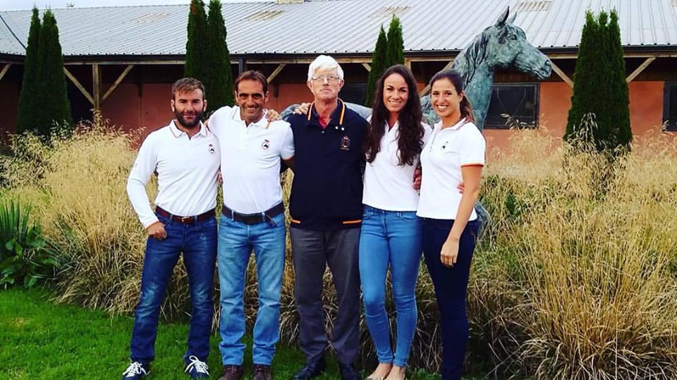 El equipo español para el Campeonato de Europa de completo. De izquierda a derecha Carlos Días,  Albert Hermoso, el veterinario inglés Mark Lucey, María Pindo y Cristina Pinedo