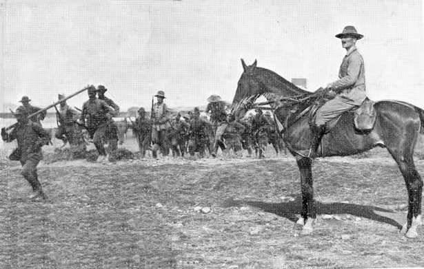 El teniente coronel  Millán Astray supervisa la marcha de los legionarios en 1921